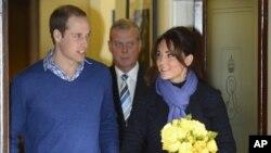 Pangeran William saat meninggalkan rumah sakit King Edward VII bersama istrinya Catherine, Duchess of Cambridge, atau Kate Middleton, 8 Desember 2012. (Reuters/Paul Hackett)