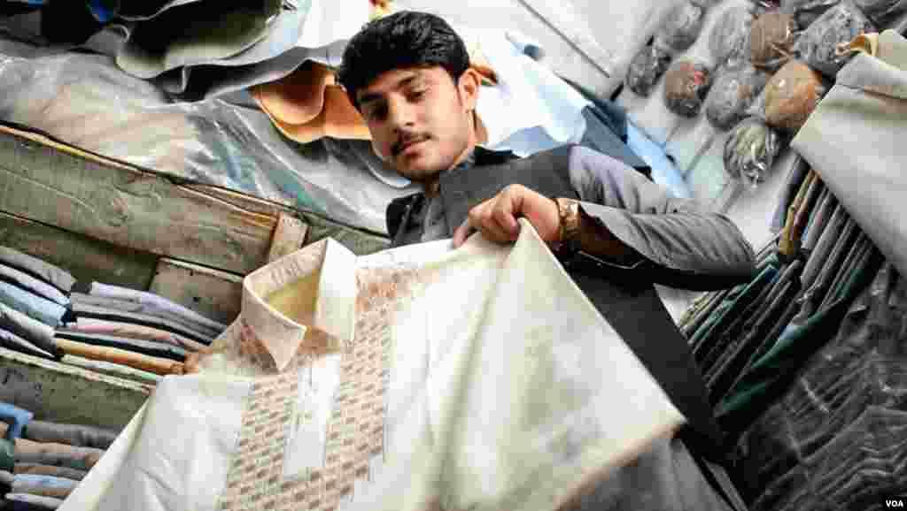 دکانداروں کا کہنا ہے کہ لاک ڈاؤن کے باعث پہلی بار مزدوروں کے ساتھ ساتھ تنخواہ دار طبقہ بھی ان سے کپڑے خریدنے آ رہا ہے تاکہ سفید پوشی کا برہم قائم رہ سکے۔