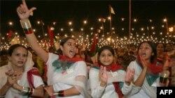 Hàng chục ngàn phụ nữ xuống đường tuần hành tại thành phố cảng Karachi ở miền Nam Pakistan để đòi cải thiện các quyền phụ nữ và quyền bình đẳng giới tính.