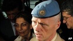 新任命的聯合國敘利亞監督團團長羅伯特‧穆德少將星期天在大馬士革機場對媒體記者發表講話