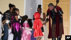 New York City Mayor Bill de Blasio and wife Chirlane McCray greet trick or treaters during a Halloween open house at Gracie Mansion on Tuesday, Oct. 28, 2014 in New York. (Photo by Greg Allen/Invision/AP)