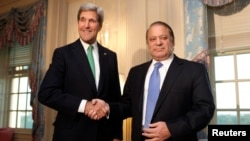 2013年10月20日美国国务卿克里(左)在国务院和来访的巴基斯坦总理谢里夫握手