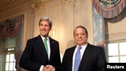 Ngoại trưởng Hoa Kỳ John Kerry (trái) và Thủ tướng Pakistan Nawaz Sharif trước cuộc hội đàm tại Bộ Ngoại giao Hoa Kỳ ở Washington, 20/10/13