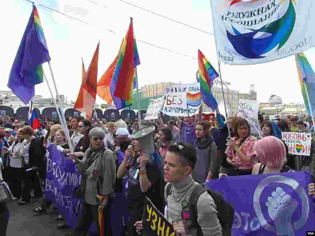 示威游行中的同性恋活动人士队伍。