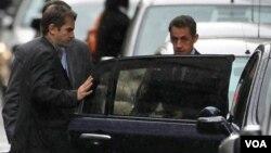 Sarkozy, de 56 años, permaneció media hora en la clínica, antes de partir rumbo a Fráncfurt para participar en una reunión de dirigentes europeos debido a la crisis de la deuda.