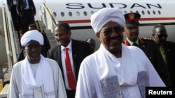 Sudan's President Omar Hassan al-Bashir (C) is welcomed after arriving at Khartoum Airport on September 28, 2012. Sudan and South Sudan, which came close to war in April, have agreed to improve border security and to restart oil exports from the South through northern pipelines.