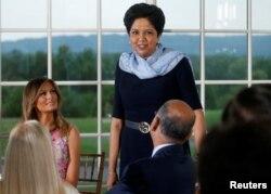 인드라 누이 펩시코 CEO가 7일 도널드 트럼프 미국 대통령이 개최한 기업인 초청 만찬에 참석했다.