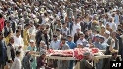 Người biểu tình khiêng xác một trong bốn nạn nhân thiệt mạng trong cuộc không kích của NATO trong cuộc biểu tình chống Mỹ tại thị trấn Taloqan ở tỉnh Tashkar, ngày 18/5/2011