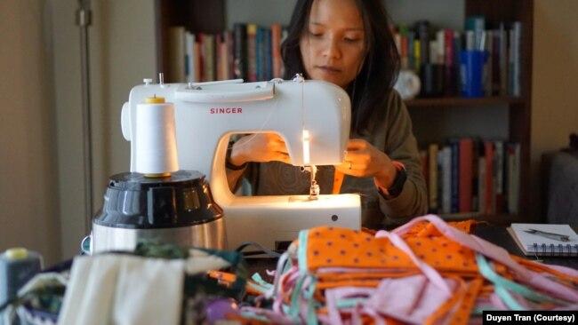Duyen Tran hàng đêm giành khoảng 3 tiếng đồng hồ để may khẩu trang cho nhóm Auntie Sewing Squad, một mạng lưới với hàng trăm tình nguyện viên trên khắp nước Mỹ cung cấp khẩu trang miễn phí cho những cộng đồng dễ tổn thương và ít được quan tâm.