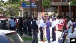 Agentes da polícia angolana tentando acalmar jovens simpatizantes da UNITA (Arquivo)