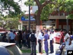 Nfuka Muzemba da JURA (Juventude da UNITA) recebe ordens da polícia para abandonar o local da manifestação