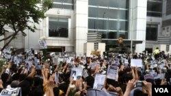 數以千計的香港巿民突破警方設置的多道防線,在中國政府駐香港聯絡辦公室正門外示威