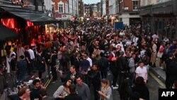 Kısıtlamaların kalkmasının ardından halk Londra'da sokakları doldurdu.