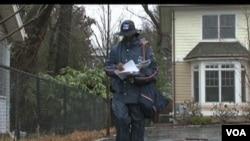 Seorang pegawai pos AS sedang mengantar surat di Washington, DC. Dinas pos Amerika kemungkinan harus mem-PHK 30 persen karyawannya.