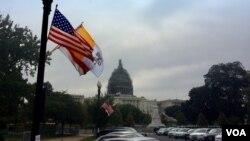 Banderas de Estados Unidos y el Vaticano cerca del Capitolio de Washington, en anticipación a la visita del papa Francisco. [Foto: Luis Facal, VOA].