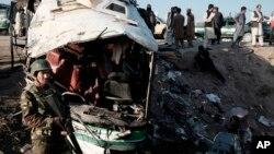 Serangan bom yang menghancurkan sebuah bus di Kabul (foto: ilustrasi). Sebuah serangan bom yang membakar bus di provinsi Parwan Utara menewaskan sedikitnya 8 orang.