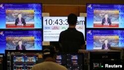 馬來西亞吉隆坡的APEC視頻會議中心的工作人員在觀看中國領導人習近平發表視頻講話。 (2020年11月19日)