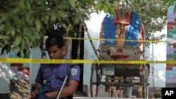 Seorang polisi berdiri di samping becak yang dilaporkan ditumpangi oleh warga Jepang Kunio Hoshi ketika ia dibunuh di desa Mahiganj di distrik Rangpur, 300 km sebelah utara Dhaka, Bangladesh, Minggu, 4 Oktober 2015.