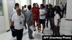 بازیکنان افغان حین خروج از شفاخانه