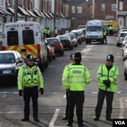 Polisi Inggris saat melakukan operasi penangkapan para tersangka teroris.