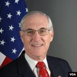 Duta Besar Amerika untuk Norwegia, Barry White mewakili pemerintah AS dalam upacara Nobel di Oslo.