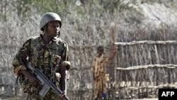 Một binh sĩ Kenya canh gác gần biên giới Somalai-Kenya, nơi hoạt động của phiến quân al-Shabab (ảnh tư liệu)