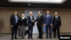 Utusan Khusus PBB untuk Suriah, Staffan de Mistura (tiga dari kiri), menjabat tangan Kepala Komisi Negosiasi Suriah, Nasr al-Hariri, (tiga dari kanan), disamping anggota delegasi kelompok oposisi Khaled al-Mahamid, Hanadi Abu Arab, Jamal Suliman and Safwan Akash, pada pembukaan putaran pembicaraan damai Suriah yang baru di kantor PBB, Jenewa, Swiss, 28 November 2017.