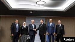 L'envoyé special de l'Onu Staffan de Mistura (3ème à partir de la gauche) rencontrant la délégation de Damas al-Mahamid