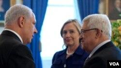 Perdana Menteri Israel Benjamin Netanyahu, Menlu AS Hillary Clinton dan Presiden Palestina Mahmoud Abbas bertemu di Ruang Biru, Gedung Putih hari ini.