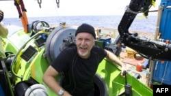 Reditelj Džejms Kameron na izlasku iz kapsule kojom se spustio do najdubljeg mesta na zemlji