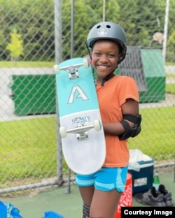 Angela Justice, 11 tahun, dengan papan skate barunya, Maryland, Juni 2021 (foto: courtesy).