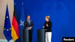 آنگلا مرکل صدراعظم آلمان (راست) و دبیر کل ناتو، آندرس فوگ راسموسن، در کنفرانس خبری پس از مذاکرات در برلین – ۱۱ تير (۲ ژوئيه)