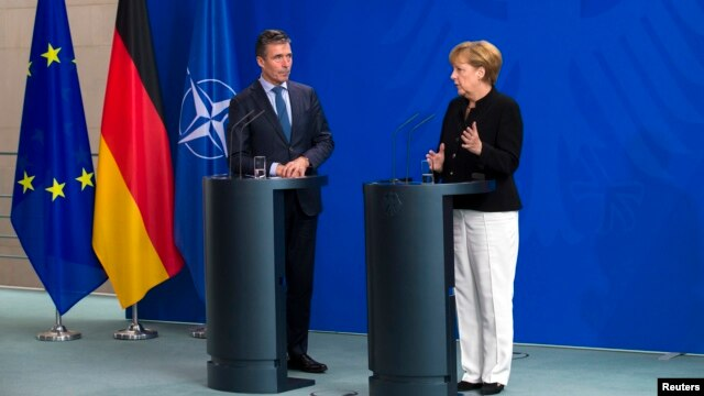 German Chancellor Angela Merkel (R) and NATO Secretary General Anders Fogh Rasmussen attend a news conference after talks at the Chancellery in Berlin, July 2, 2014.