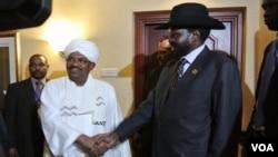 Presiden Sudan Omar al-Bashir (tengah kiri) berjabat tangan dengan Presiden Sudan Selatan Salva Kiir (tengah kanan) di Addis Ababa, Ethiopia (Foto: dok). Kedua presiden akan bertemu kembali di ibukota Ethiopia ini untuk menyelesaikan sengketa kedua negara.