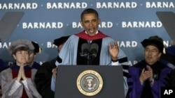 Presiden Obama di kampus Barnard, perguruan tinggi khusus perempuan yang merupakan bagian dari Universitas Columbia itu, berpidato untuk menyemangati para lulusan dan memberikan pengamatan yang tajam mengenai iklim ekonomi dan politik di Amerika (14/5/201