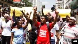 Kelompok-kelompok masyarakat madani berpawai untuk memprotes pemblokiran media, di Nairobi, hari Senin (5/2).
