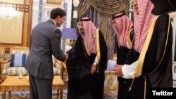 عکسی از دیدار وزیر دفاع عربستان و پادشاه عربستان.