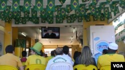 """Los brasileños asisten al primer partido de la selección """"Canarinha"""" en la Copa del Mundo y expresan su desencanto con el entrenador Dunga cuando apareció en la pantalla."""