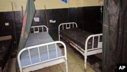 Tempat tidur yang kosong tampak di sebuah rumah sakit di Liberia, sesudah rumah sakit itu ditinggalkan pasien dan para perawatnya dengan merebaknya kasus ebola di Monrovia, Liberia (17/6/2014).