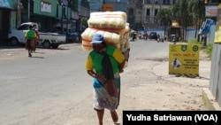 Fenomena buruh gendong di pasar2 tradisional di Solo dan banyak kota lain di Indonesia. (Foto: VOA/Yudha Satriawan)
