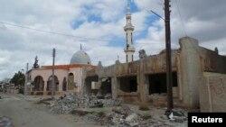 Daraa kentinde Suriye hükümet kuvvetlerinin açtığı topçu ateşiyle tahrip olan cami ve diğer binalar