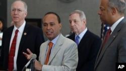 El congresista Luis Gutiérrez, centro, integrará la delegación que visitará los centros de detención en Texas. Gutiérrez en esta foto acompañó al secretario Jeh Johnson a visitar un centro en Chicago, Illinois.