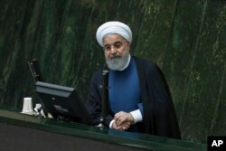 El presidente iraní Hassan Rouhani defiende a sus ministros propuestos de energía y ciencia en una sesión abierta del parlamento, en Teherán, Irán, el domingo 29 de octubre de 2017.