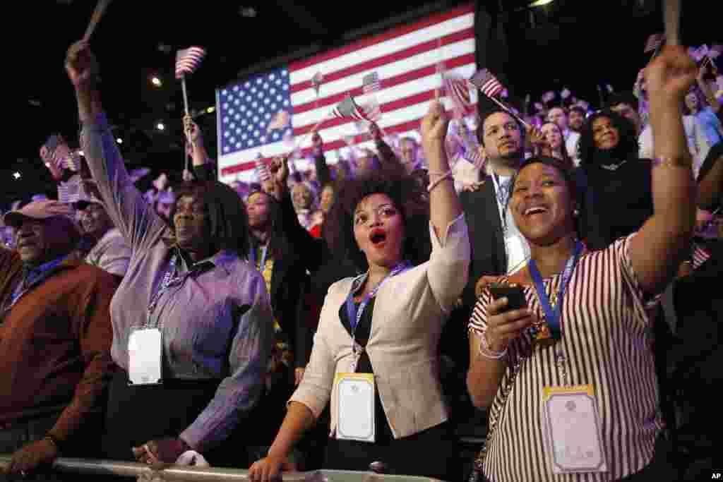 Para pendukung Presiden Barack Obama di Chicago bersorak setelah melihat berita bahwa Obama terpilih kembali (6/11). (AP/Jerome Delay)
