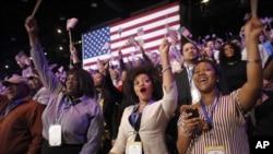 Поддржувачи на Претседателот Обама реагираат со радост на проекциите на медиумите за победа, во ноќта на изборите во Чикаго, Илиноис
