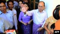 Le président birman Thein Sein (L) quitte le bureau où il a voté le 8 novembre 2015. (AFP PHOTO)