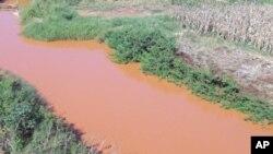 A coloração das água dos rio Revue na província de Manica, Moçambique, é resultado do garimpo intensivo e ilegal na região