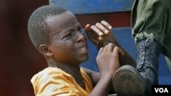 Polisi di Conakry menangkap seorang anak pendukung mantan PM Cellou Diallo karena diduga melempar batu.
