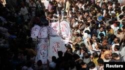 Warga Muslim Syiah menghadiri pemakaman korban serangan bom di Karachi, Pakistan (4/3).