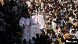 组图:卡拉奇方面埋葬炸弹爆炸遇难者